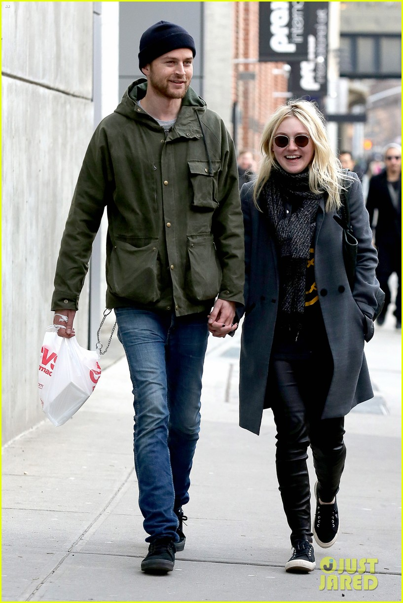 dakota fanning jamie strachan romantic big apple stroll 01