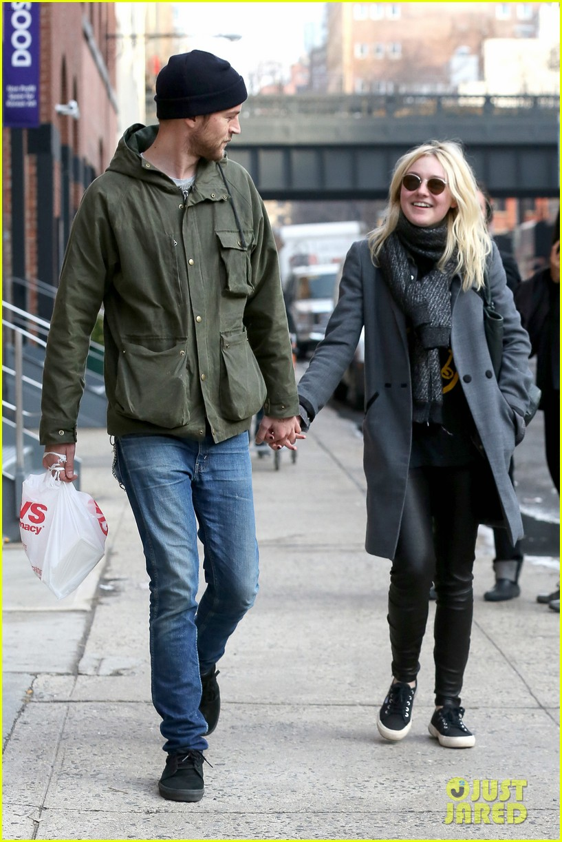 dakota fanning jamie strachan romantic big apple stroll 053032120