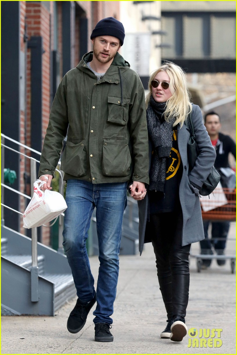 dakota fanning jamie strachan romantic big apple stroll 073032122