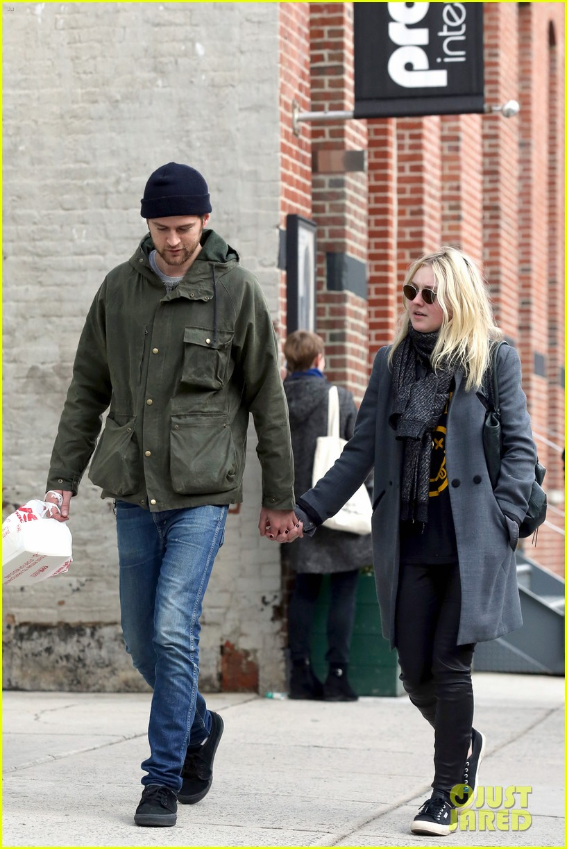 dakota fanning jamie strachan romantic big apple stroll 093032124
