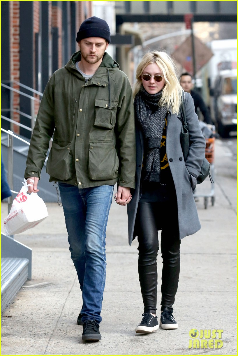 dakota fanning jamie strachan romantic big apple stroll 113032126