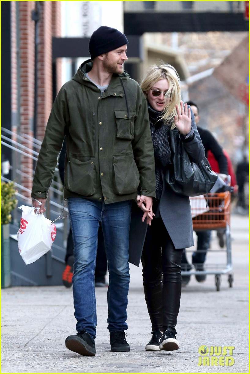 dakota fanning jamie strachan romantic big apple stroll 123032127