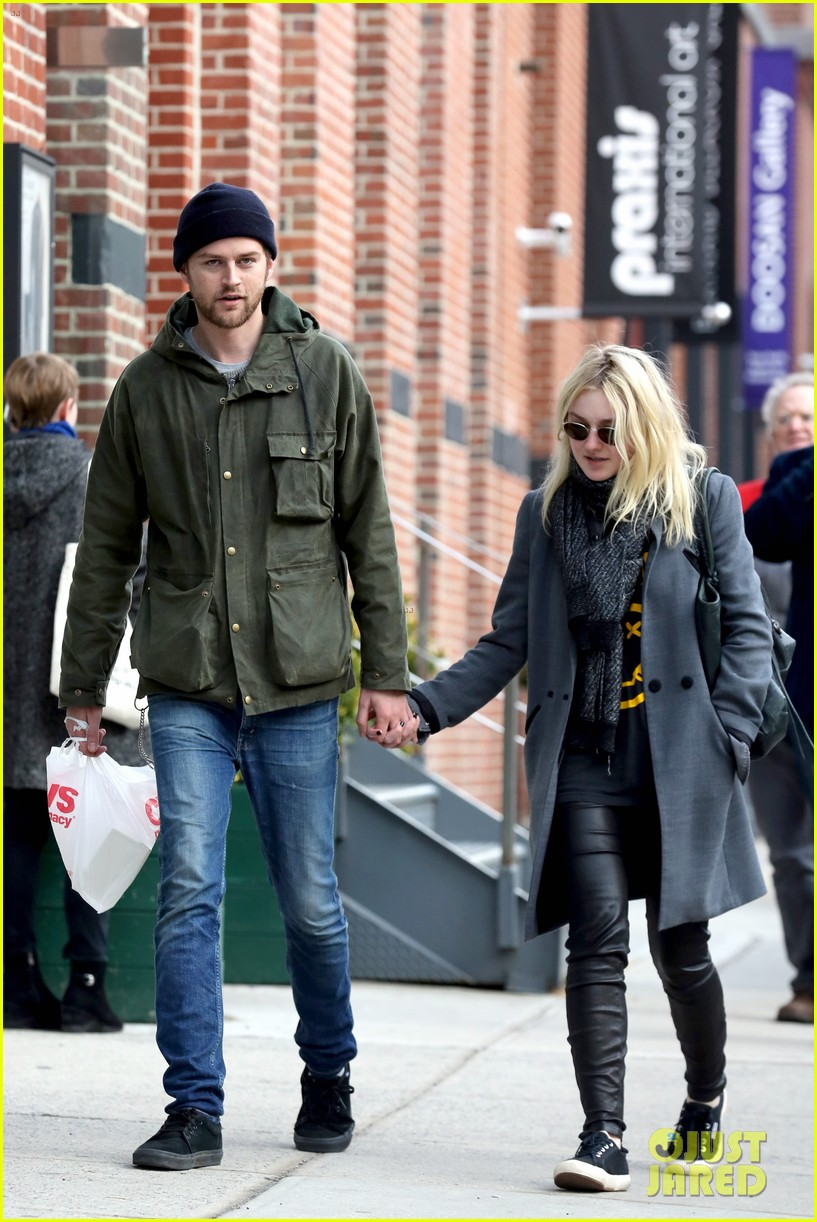 dakota fanning jamie strachan romantic big apple stroll 133032128