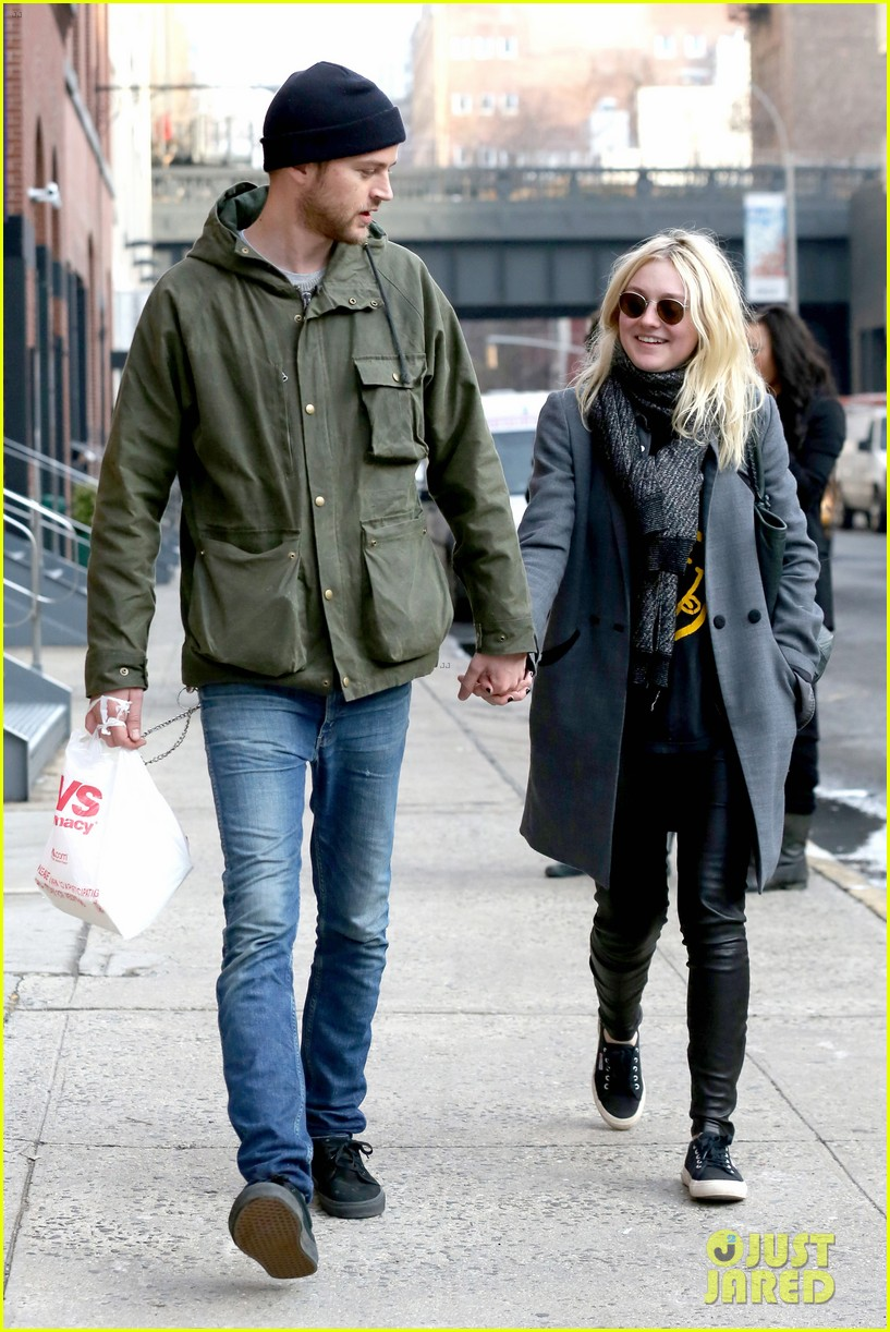dakota fanning jamie strachan romantic big apple stroll 153032130