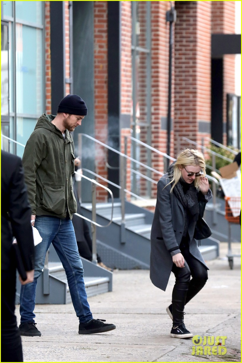 dakota fanning jamie strachan romantic big apple stroll 193032134
