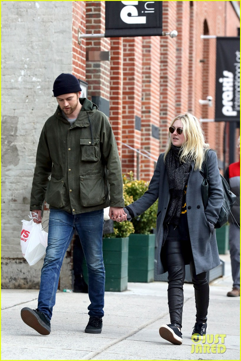 dakota fanning jamie strachan romantic big apple stroll 223032137