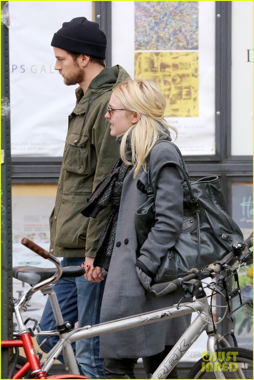 dakota fanning jamie strachan romantic big apple stroll 243032139