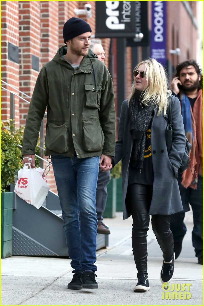dakota fanning jamie strachan romantic big apple stroll 253032140