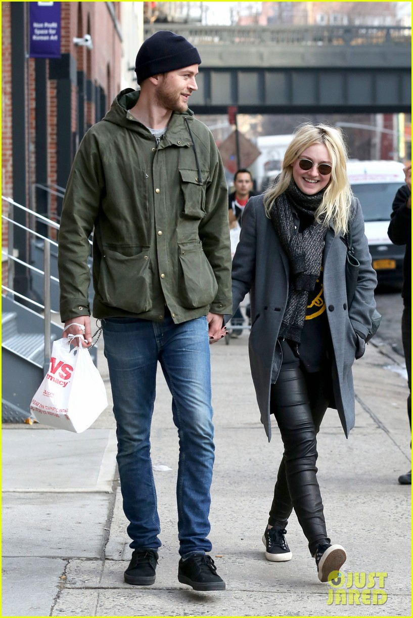 dakota fanning jamie strachan romantic big apple stroll 263032141