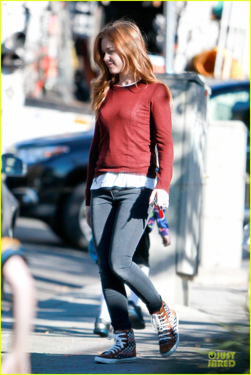 isla fisher runs errands before the sag awards 073031386
