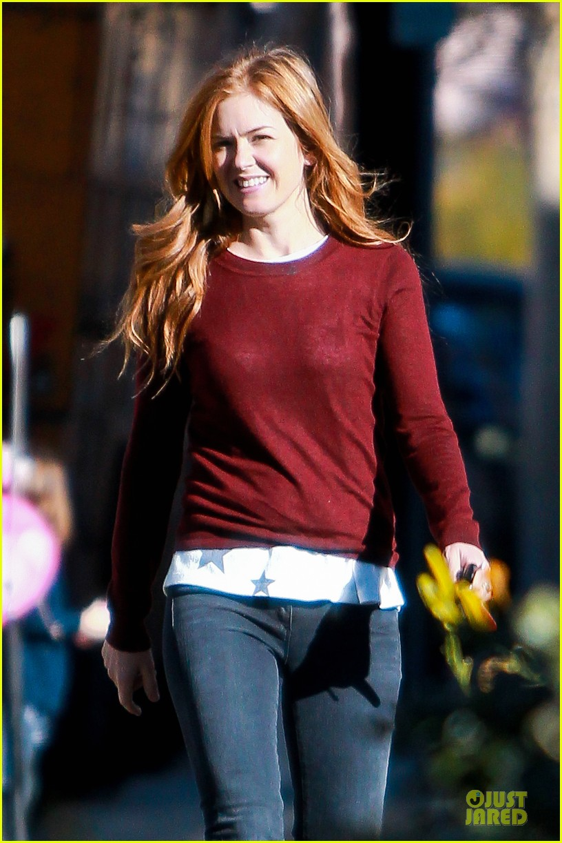 isla fisher runs errands before the sag awards 093031388