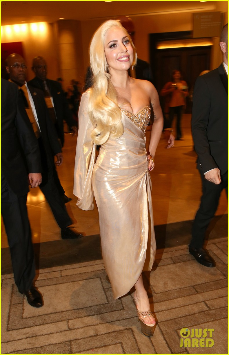 lady gaga kisses taylor kinney at golden globes party 2014 013029934