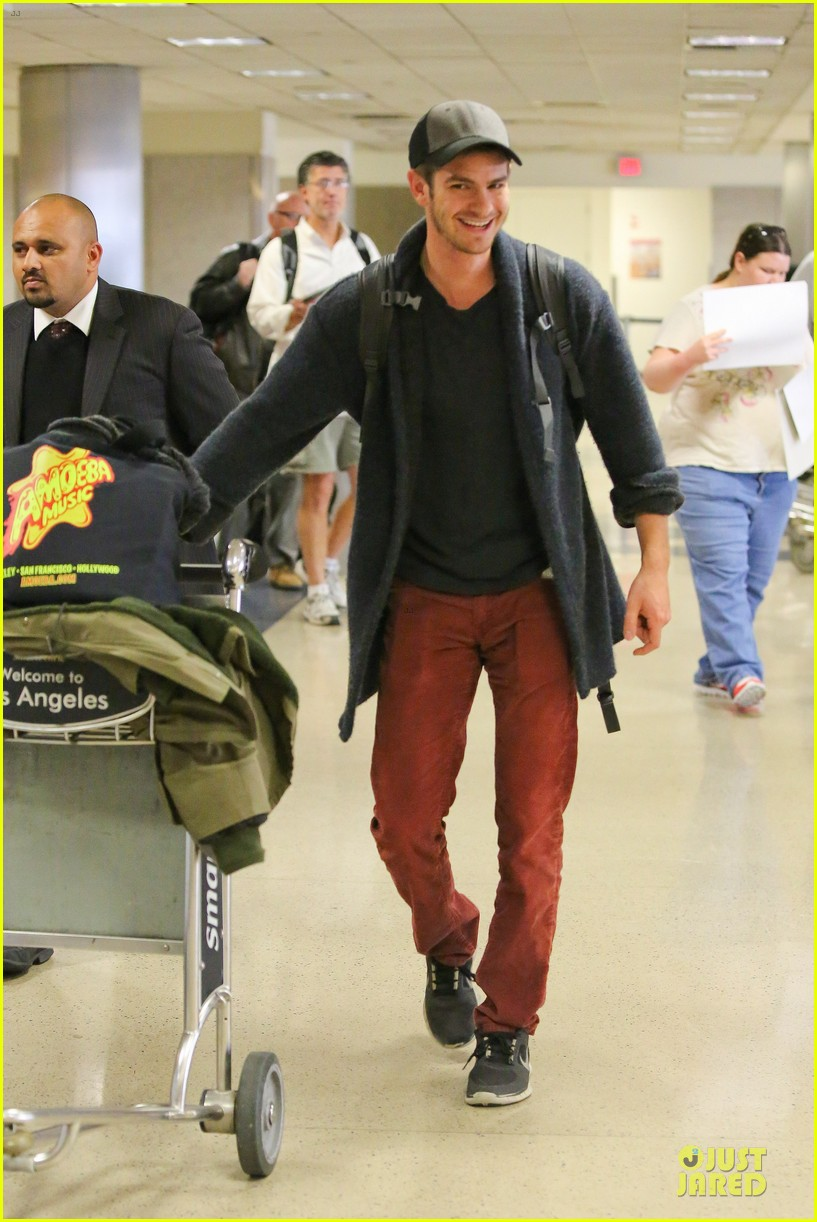 andrew garfield poses with spiderman fan at lax airport 07