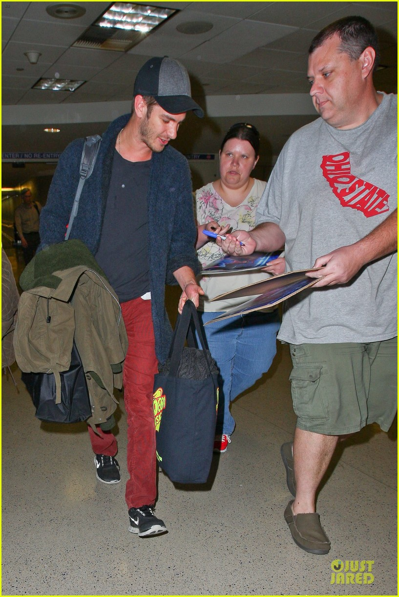 andrew garfield poses with spiderman fan at lax airport 10