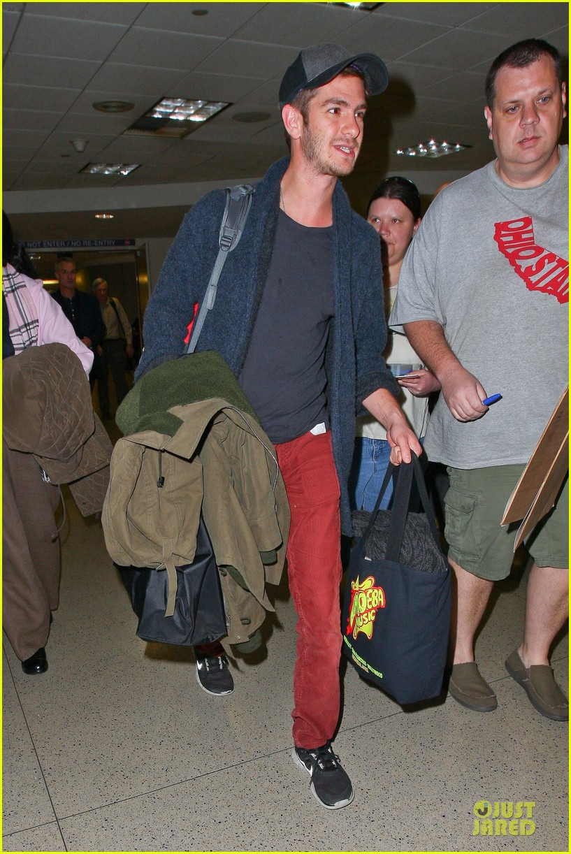 andrew garfield poses with spiderman fan at lax airport 18