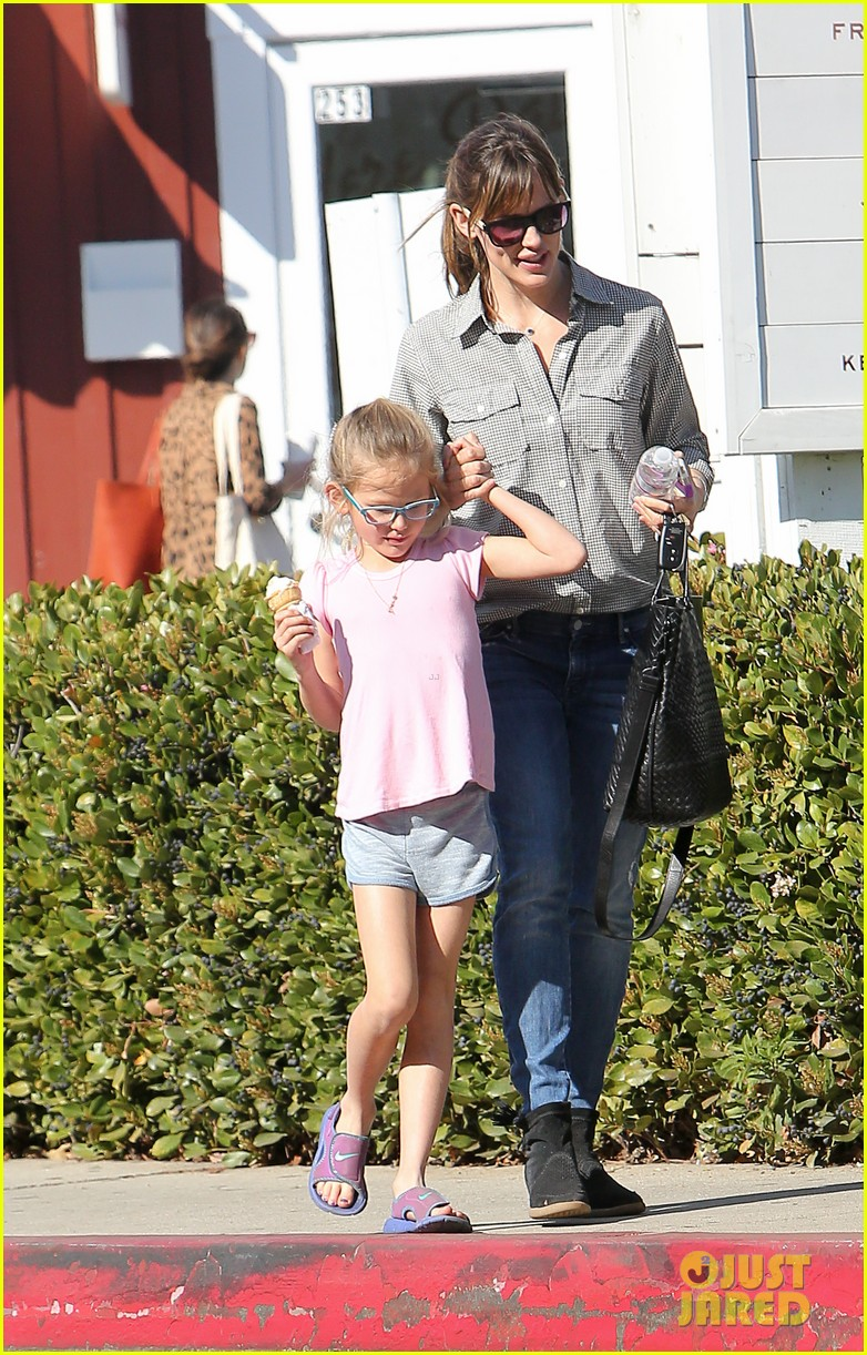 jennifer garner treats violet to an ice cream cone 043041777