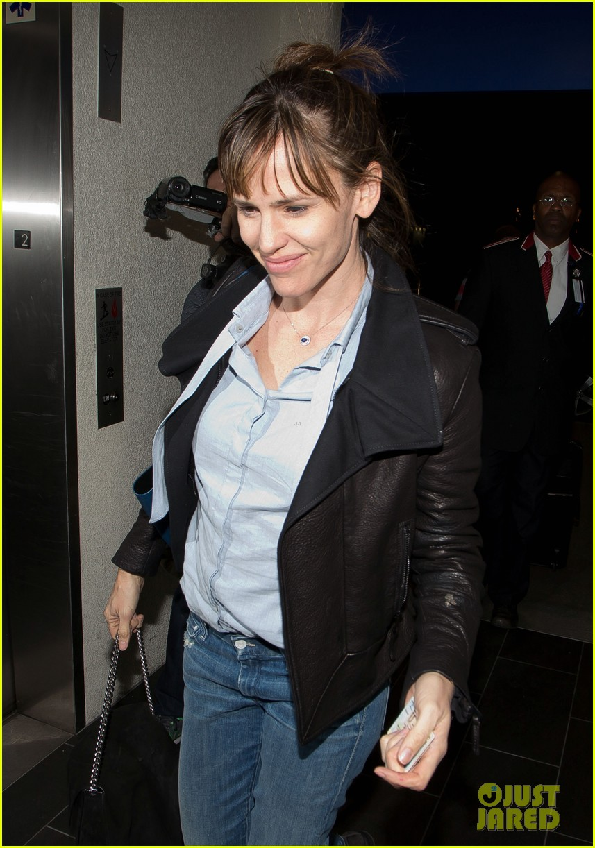 jennifer garner flies out of lax before sag awards 023031875