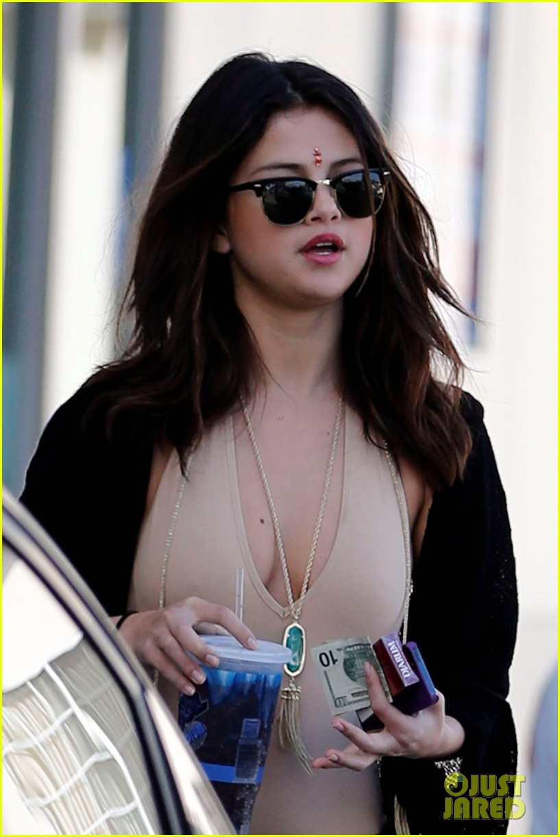 selena gomez steps out after ex justin biebers arrest 02