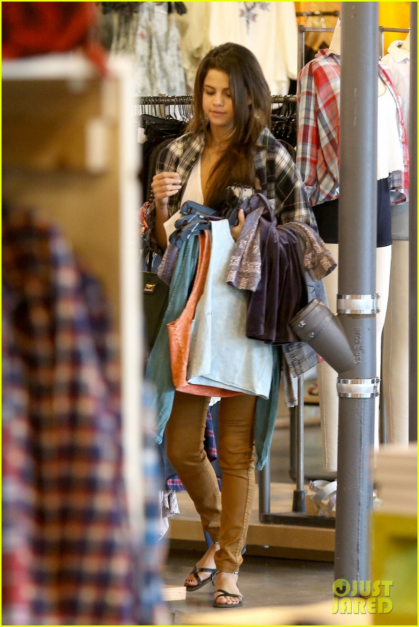 selena gomez shops before hanging out with justin bieber 123022440