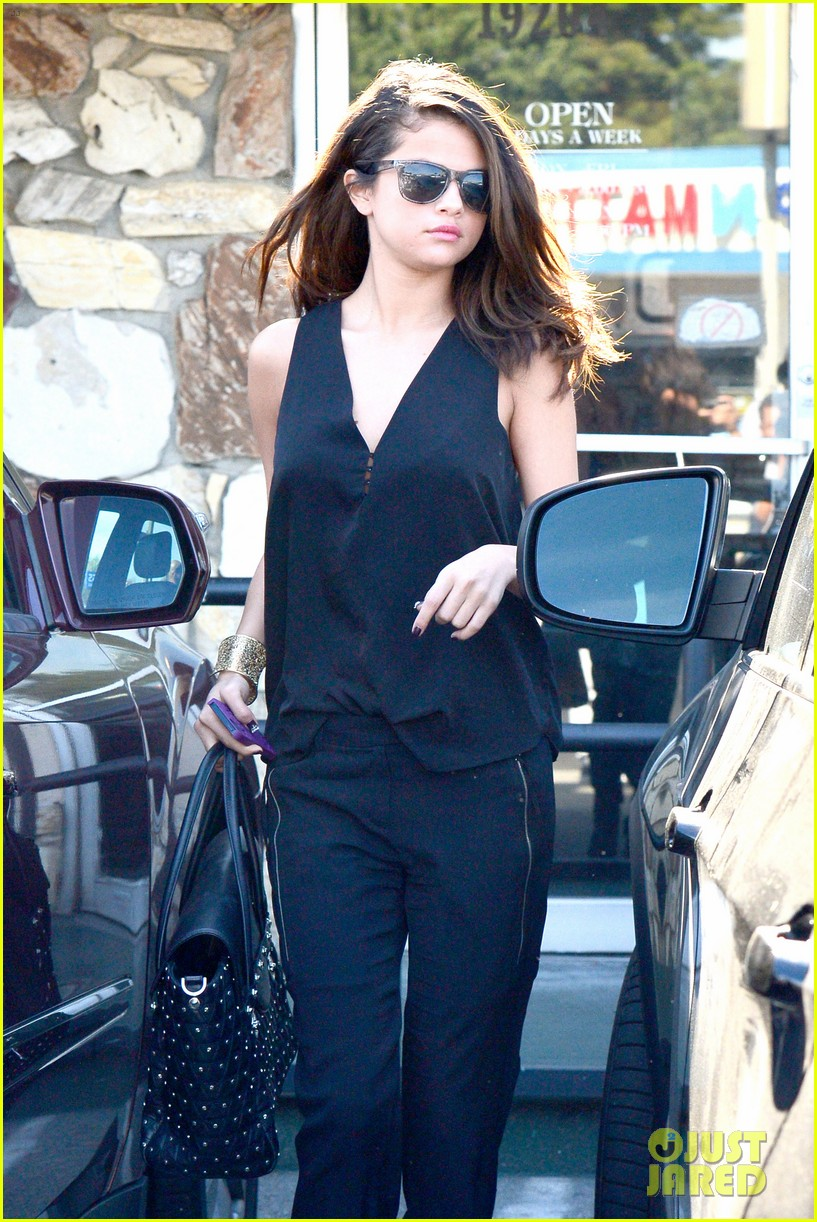 selena gomez steps out after austin mahone dating rumors 043043669