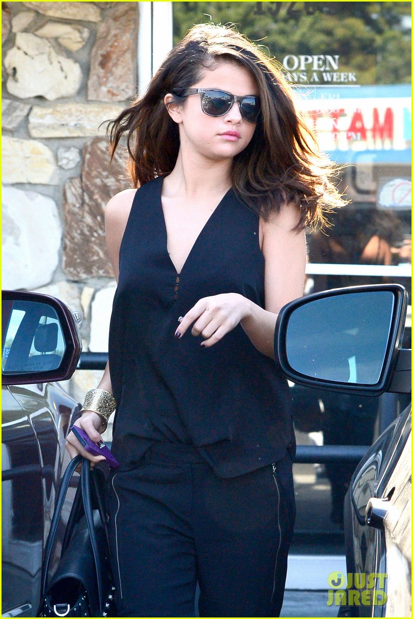 selena gomez steps out after austin mahone dating rumors 06
