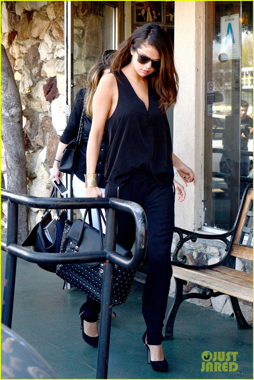 selena gomez steps out after austin mahone dating rumors 073043672