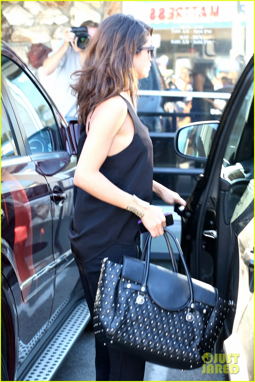 selena gomez steps out after austin mahone dating rumors 213043686