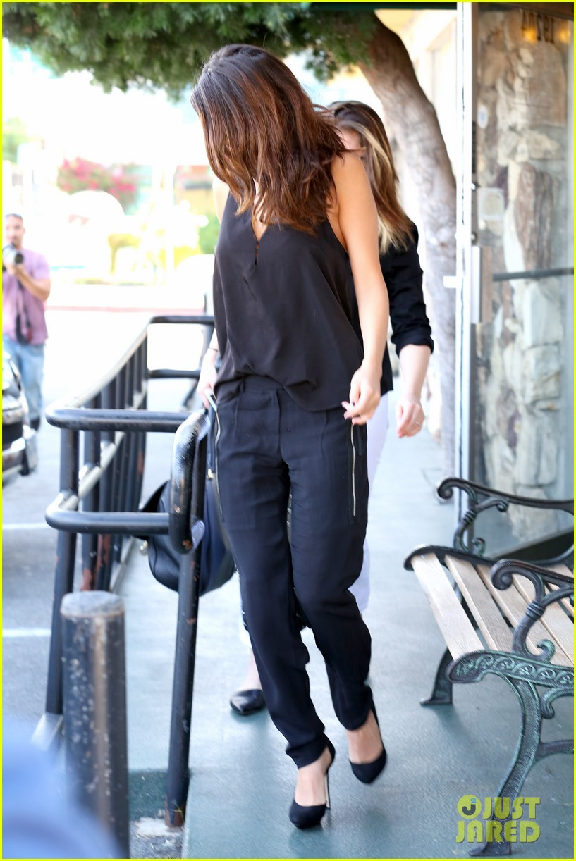selena gomez steps out after austin mahone dating rumors 233043688