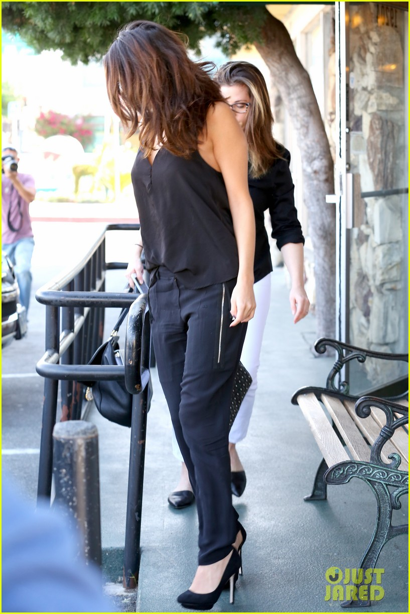 selena gomez steps out after austin mahone dating rumors 243043689