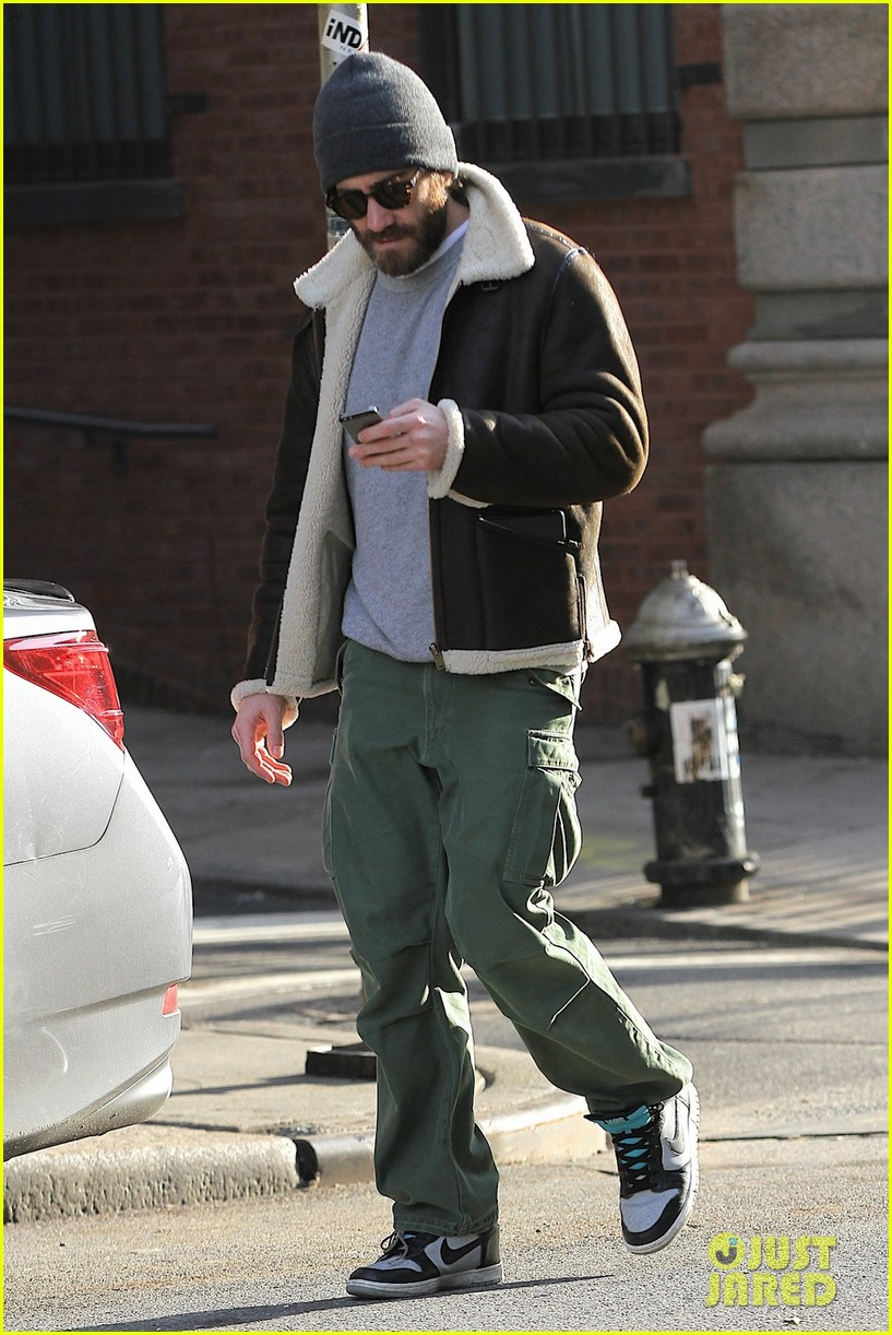 jake gyllenhaal cant find a cab sprints across town instead 013032202
