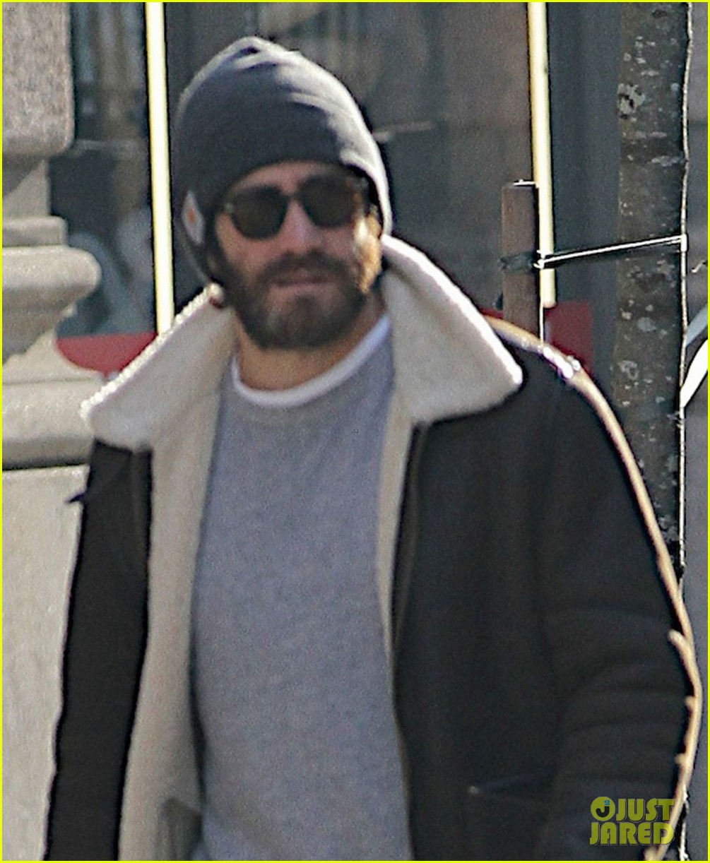jake gyllenhaal cant find a cab sprints across town instead 02