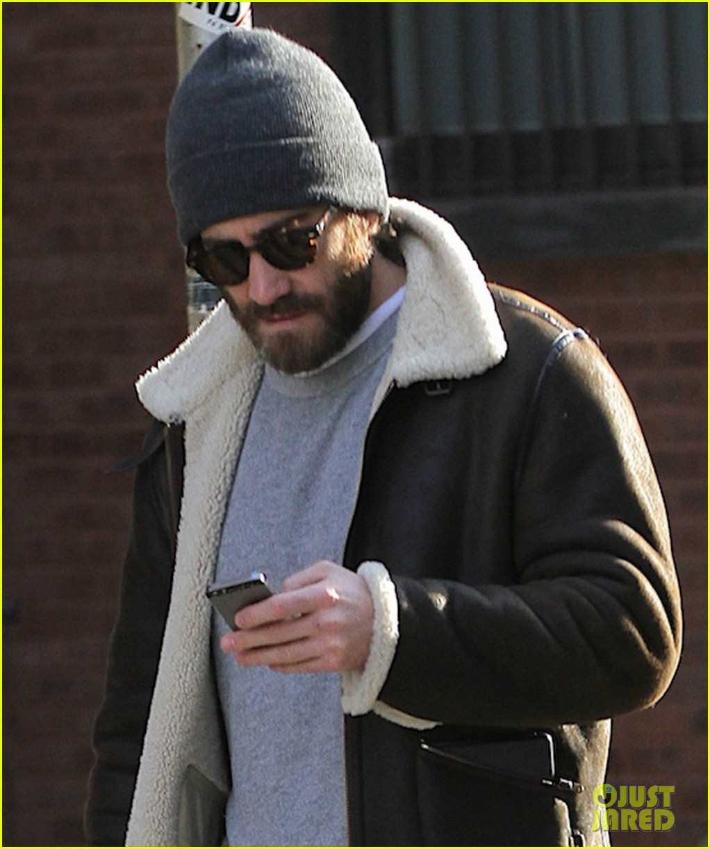 jake gyllenhaal cant find a cab sprints across town instead 043032205