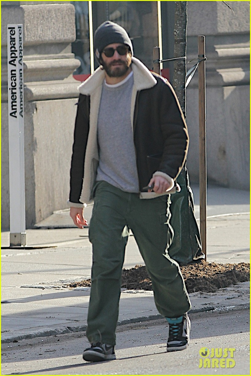 jake gyllenhaal cant find a cab sprints across town instead 053032206
