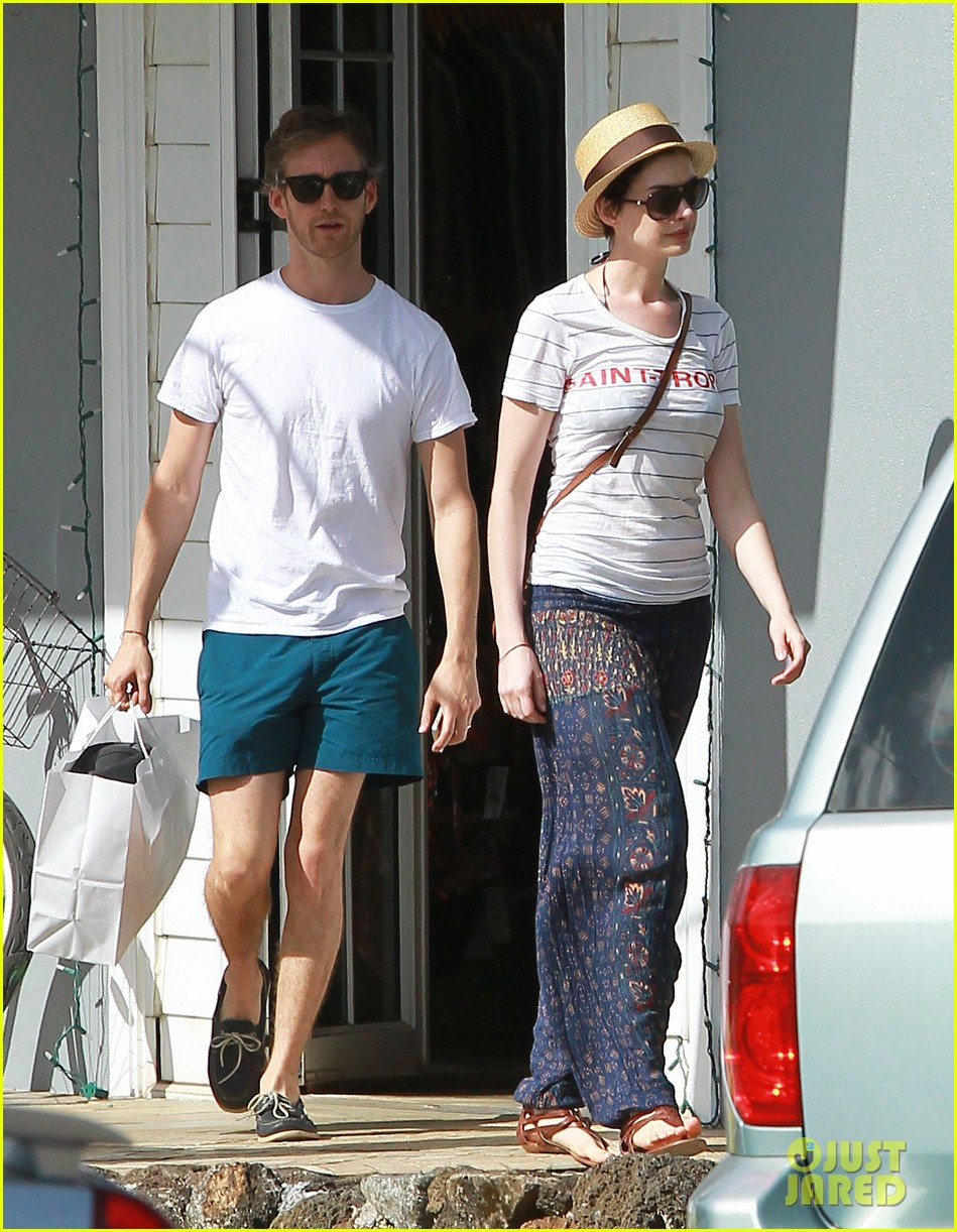 anne hathaway dons bikini top for hawaii beach stroll 093025980