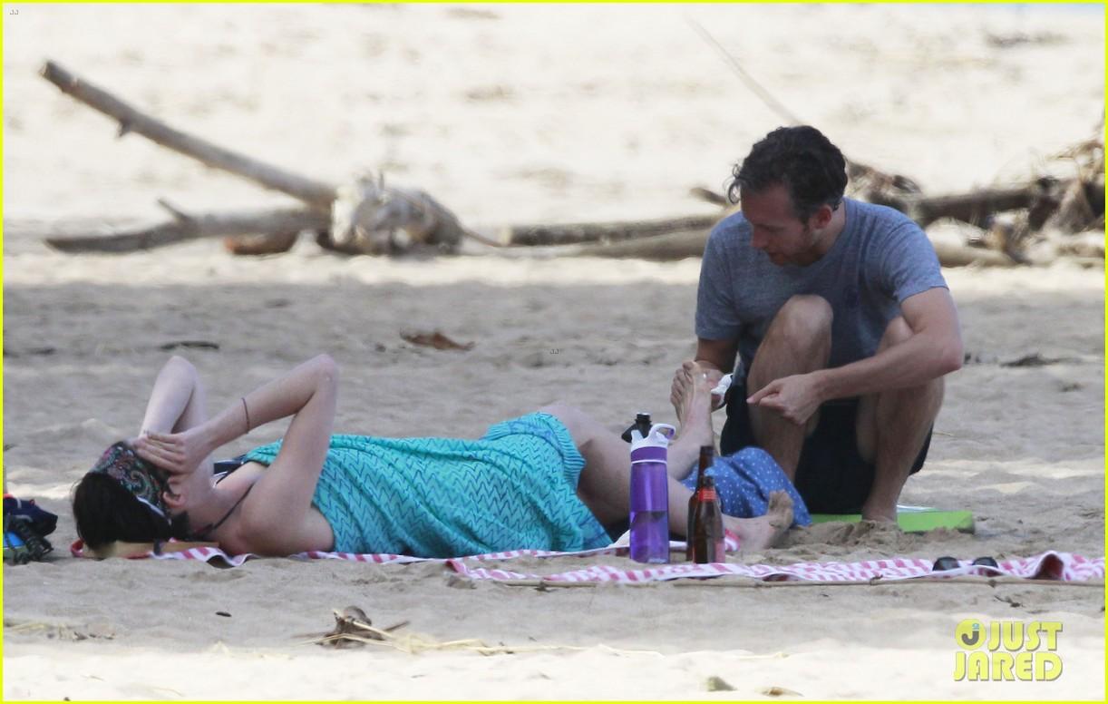 anne hathaway dons bikini top for hawaii beach stroll 123025983