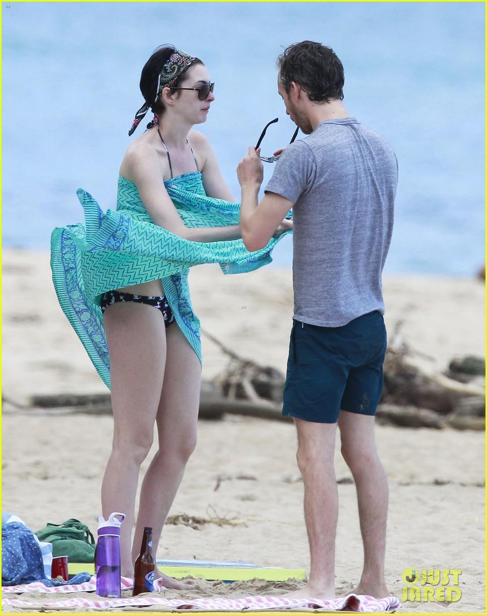 anne hathaway dons bikini top for hawaii beach stroll 193025990