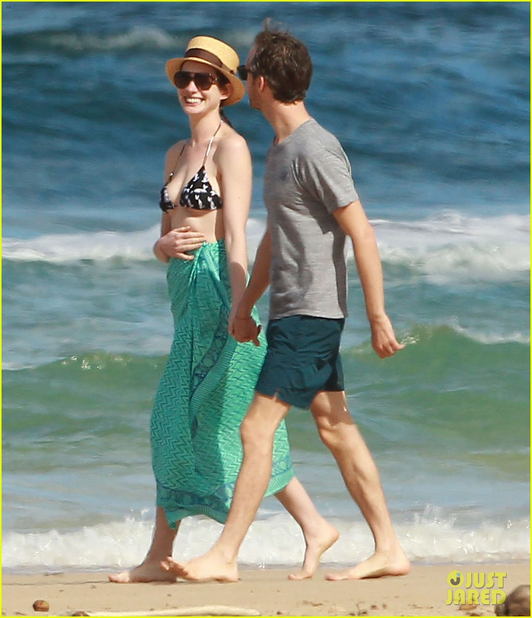 anne hathaway dons bikini top for hawaii beach stroll 293026000