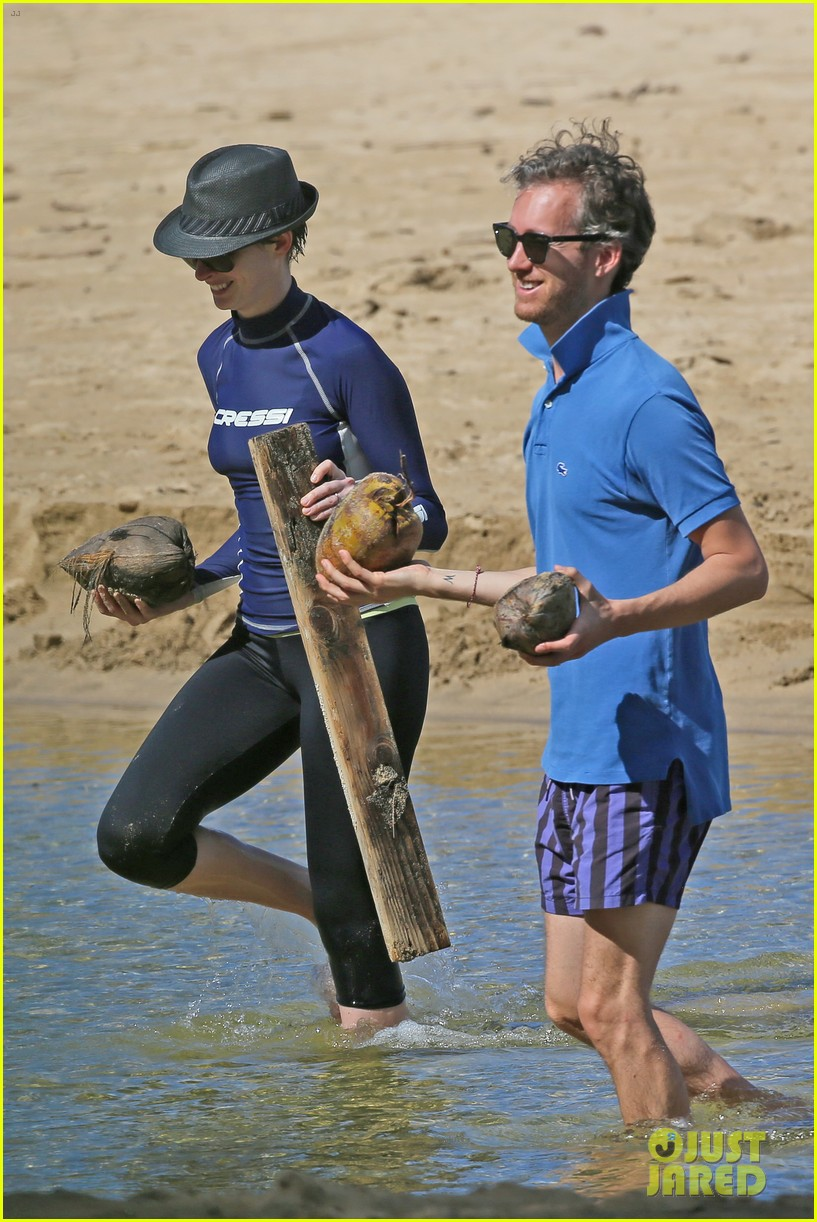 anne hathaway beachtime bliss with shirtless adam shulman 10