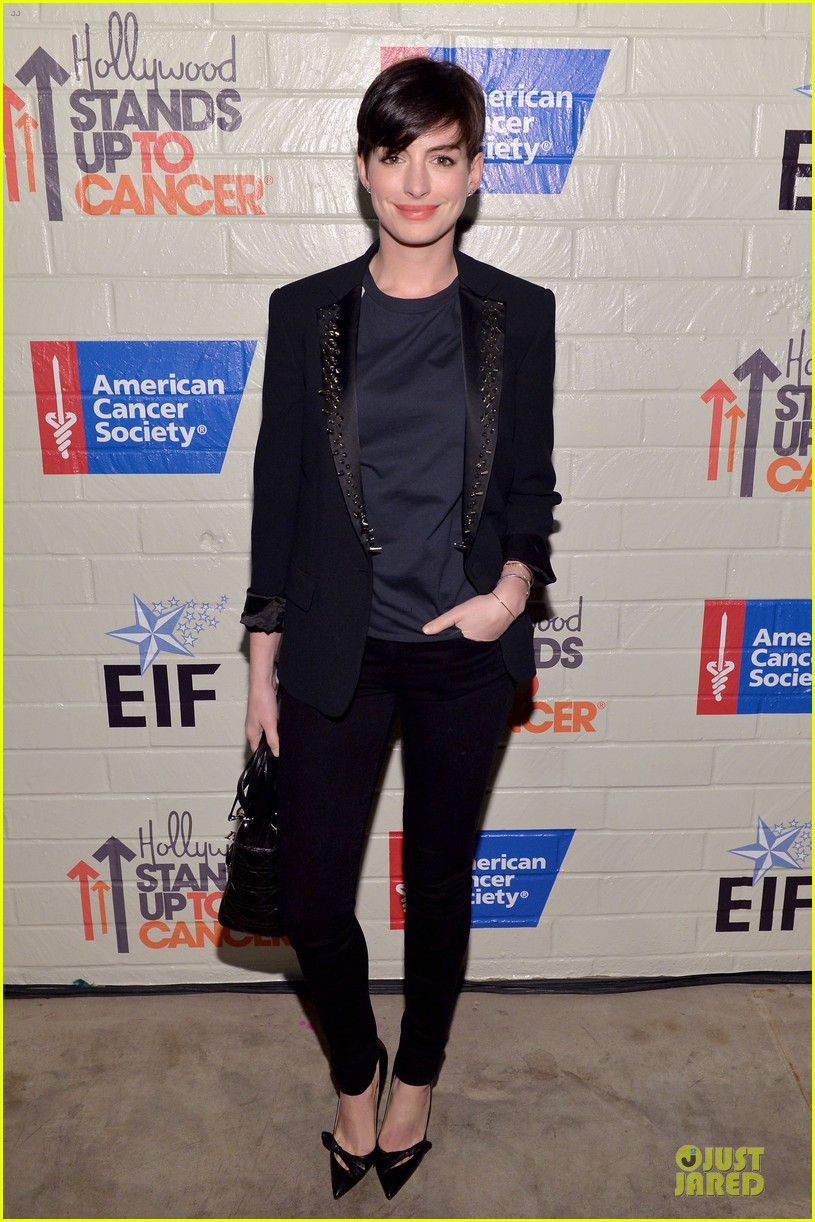 anne hathaway jesse tyler ferguson smile for stand up to cancer 033043251