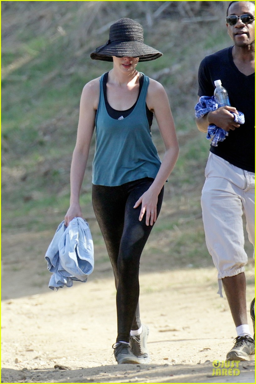 anne hathaway jesse tyler ferguson smile for stand up to cancer 063043254