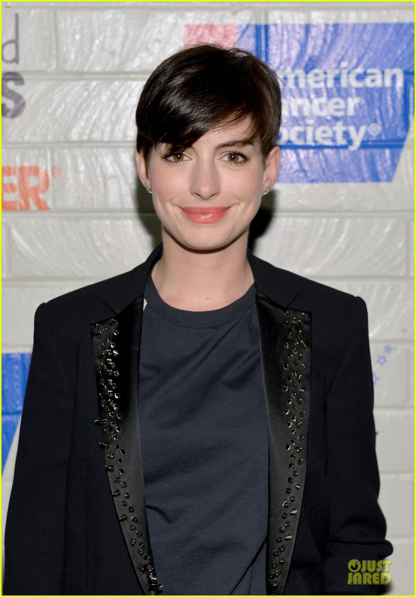 anne hathaway jesse tyler ferguson smile for stand up to cancer 073043255
