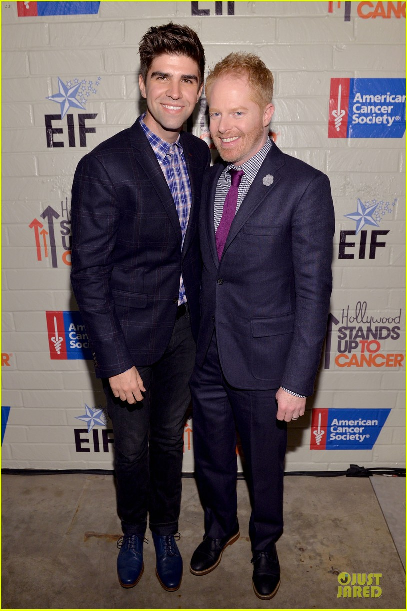 anne hathaway jesse tyler ferguson smile for stand up to cancer 133043261