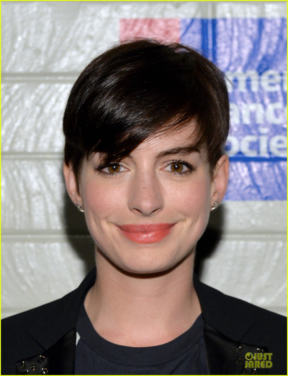 anne hathaway jesse tyler ferguson smile for stand up to cancer 14