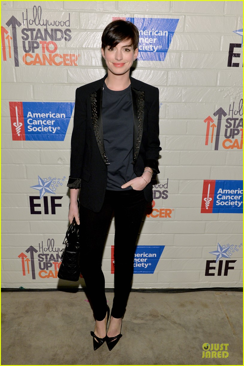 anne hathaway jesse tyler ferguson smile for stand up to cancer 153043263