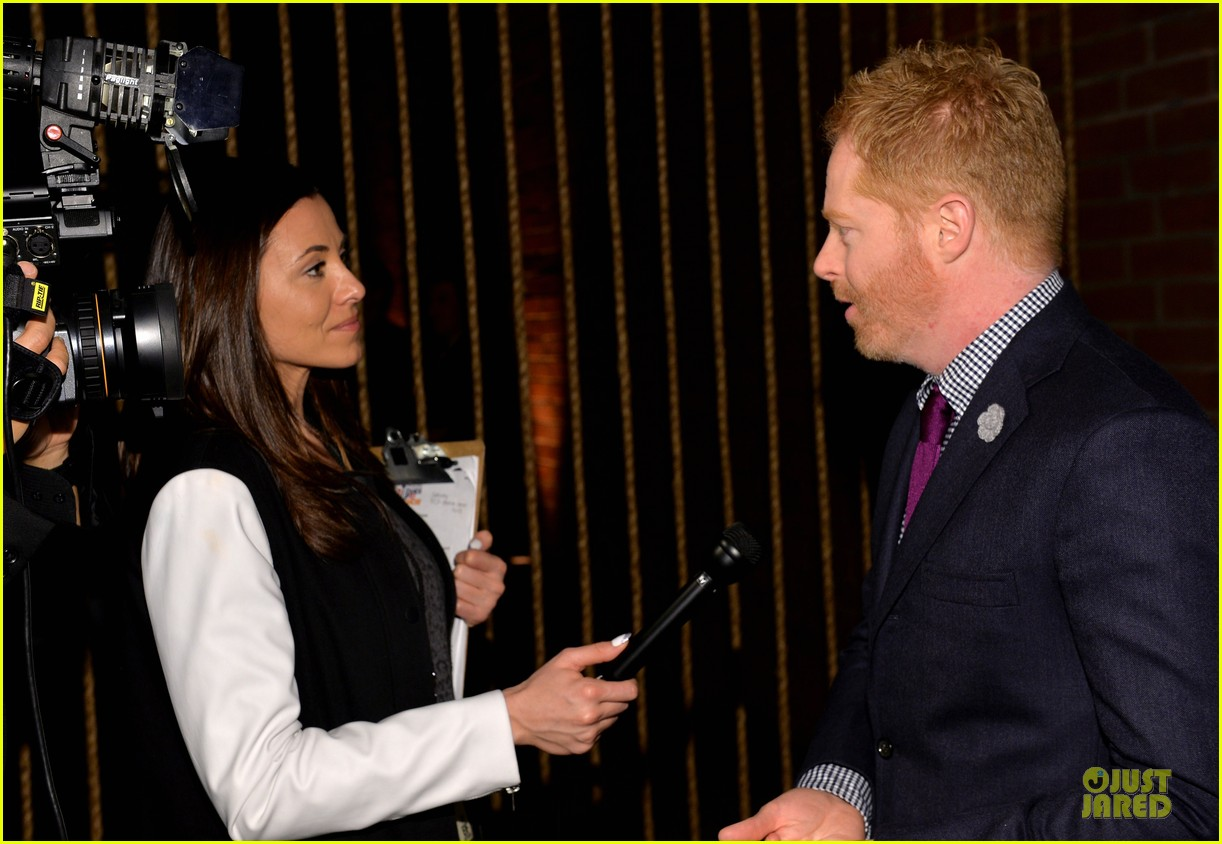 anne hathaway jesse tyler ferguson smile for stand up to cancer 203043268
