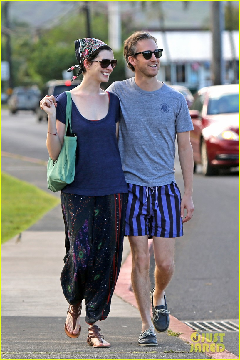 anne hathaway adam shulman escape to hawaii for romantic getaway 043023427