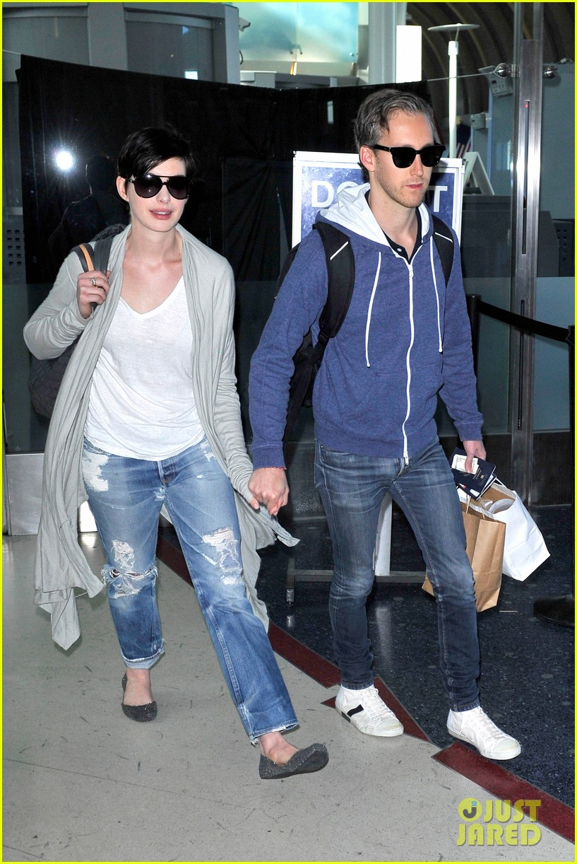 anne hathaway adam shulman escape to hawaii for romantic getaway 123023435