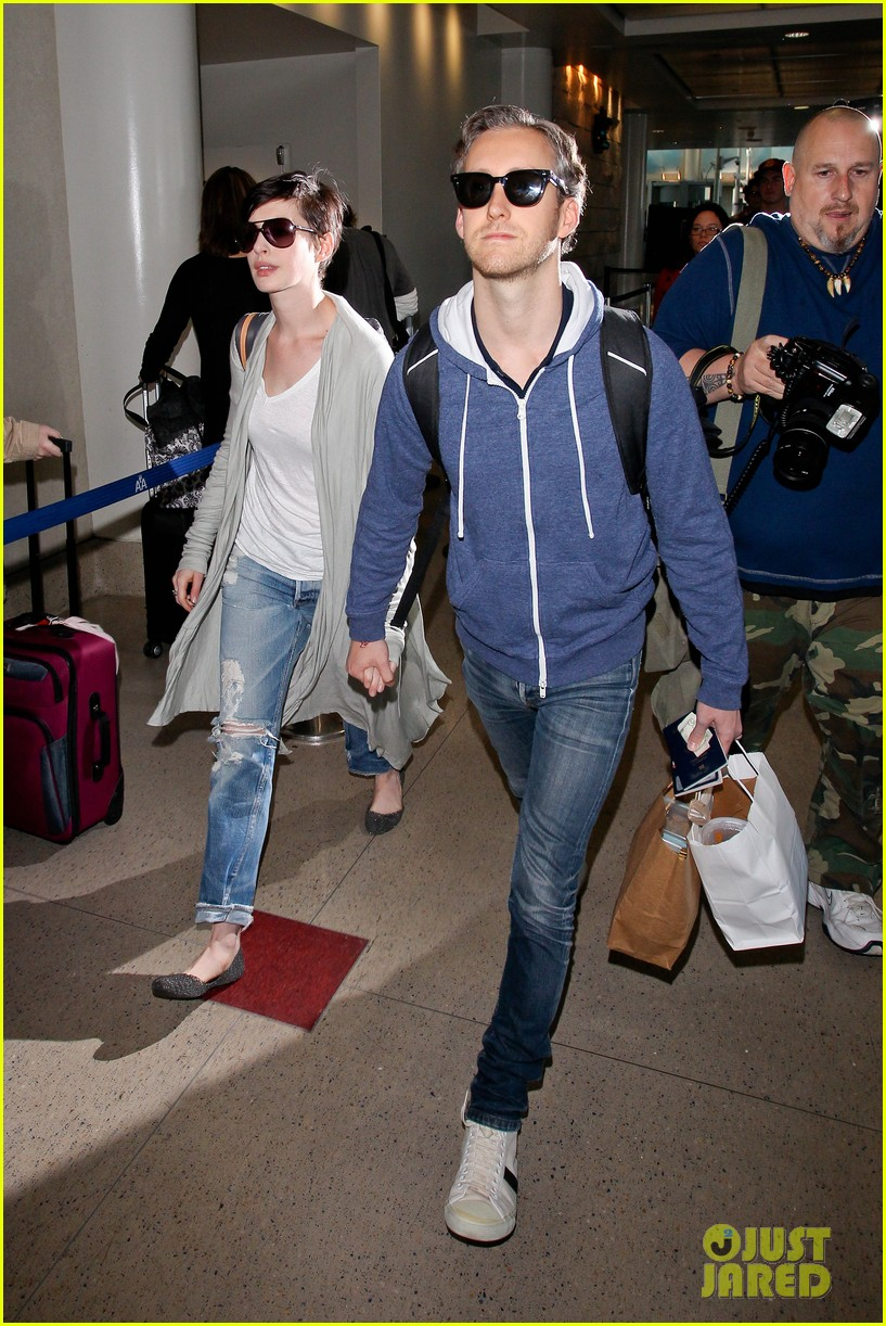 anne hathaway adam shulman escape to hawaii for romantic getaway 143023437