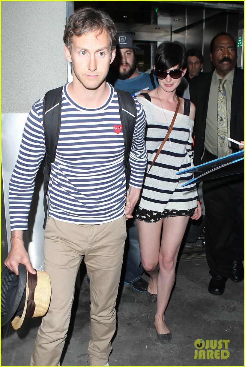 anne hathaway greets mob of fans at lax 043031915