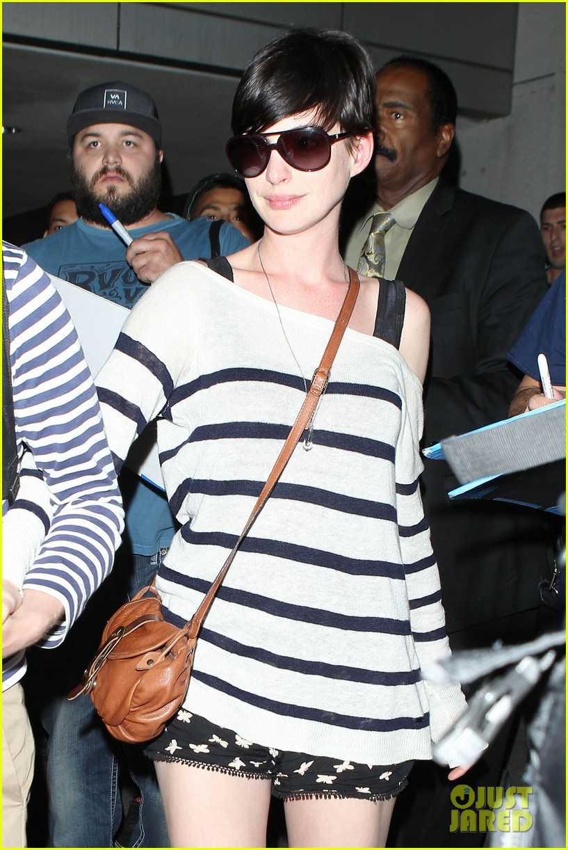 anne hathaway greets mob of fans at lax 223031933